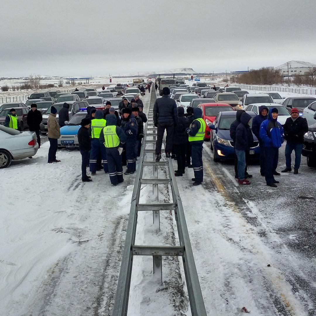 Автомобили застряли на трассе Астана-Караганда