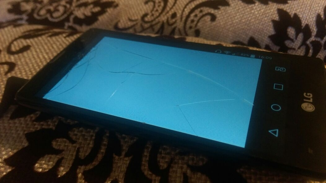 Сломанный в потасовке телефон