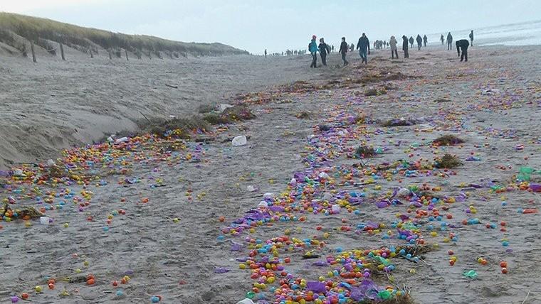 Пластиковые яйца, наполненные воздухом, всплыли на поверхность