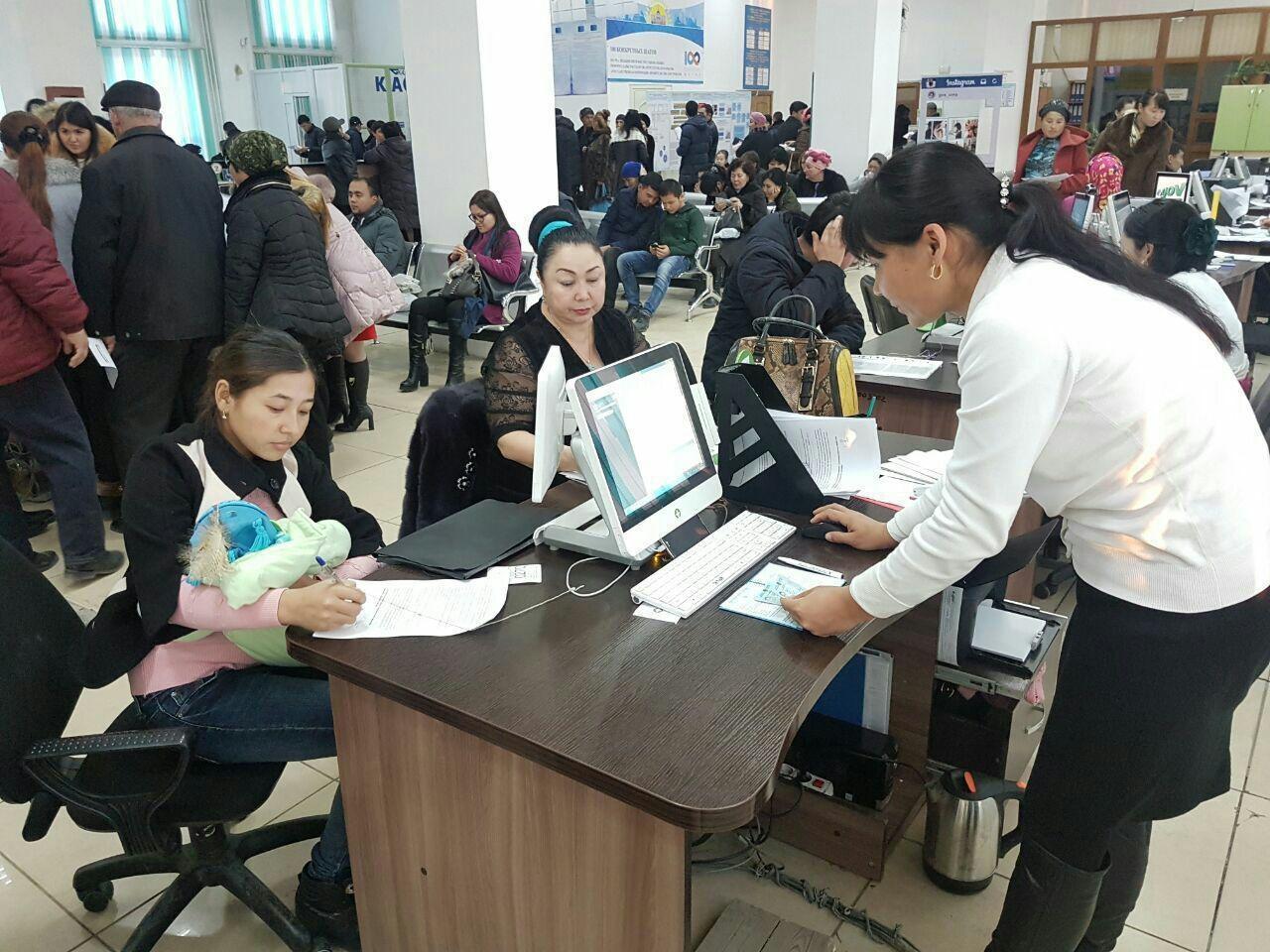Сотрудники ЦОНов обслуживают посетителей стоя