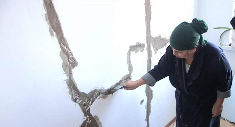 Огромные трещины в стенах испугали жильцов нового дома