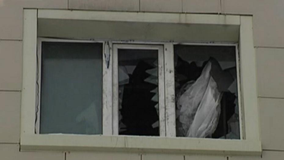 Петарда была настолько мощной, что пробила пластиковое окно