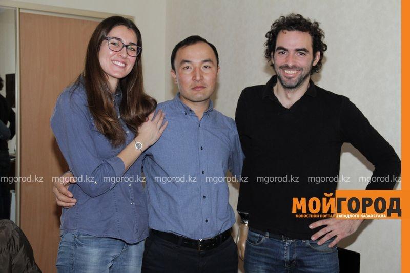 Путешественники Патрисия и Хосе с жителем Уральска Нурланом