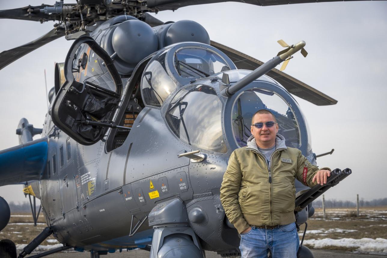 "Автор у нового вертолёта на авиабазе ""Первомайская"""