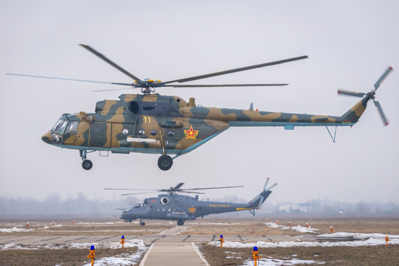 """Транспортно-боевой Ми-17 и ударный Ми-35M на авиабазе """"Первомайская"""""""
