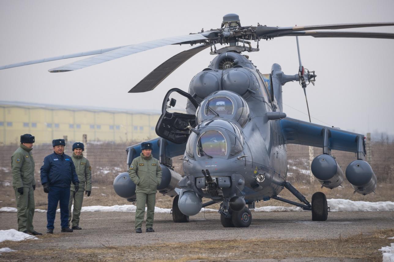 """Транспортно-боевой Ми-17 на авиабазе """"Первомайская"""""""
