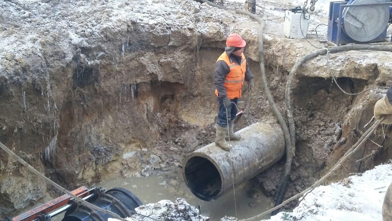 Устранение аварии на магистральном водоводе в Караганде
