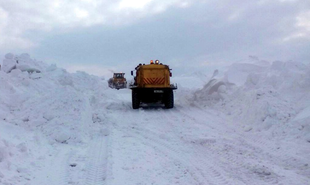 Чтобы выбраться из снежных заносов, дорогу пришлось расчищать с помощью спецтехники