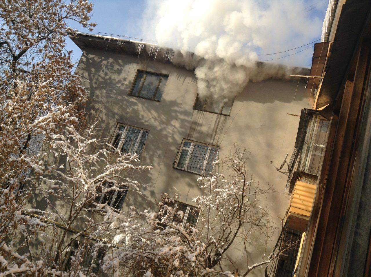 Соседи заметили дым из окна