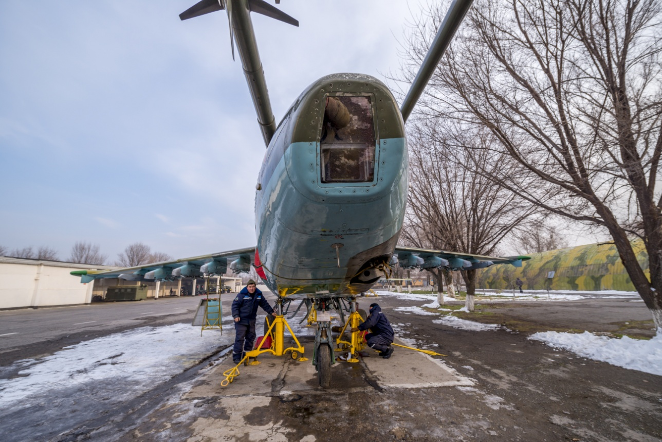 Ремонт Су-25 в технико-эксплуатационной части авиабазы
