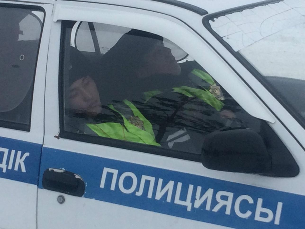 Вместо того, чтобы охранять место сбора людей, полицейские спали в машине