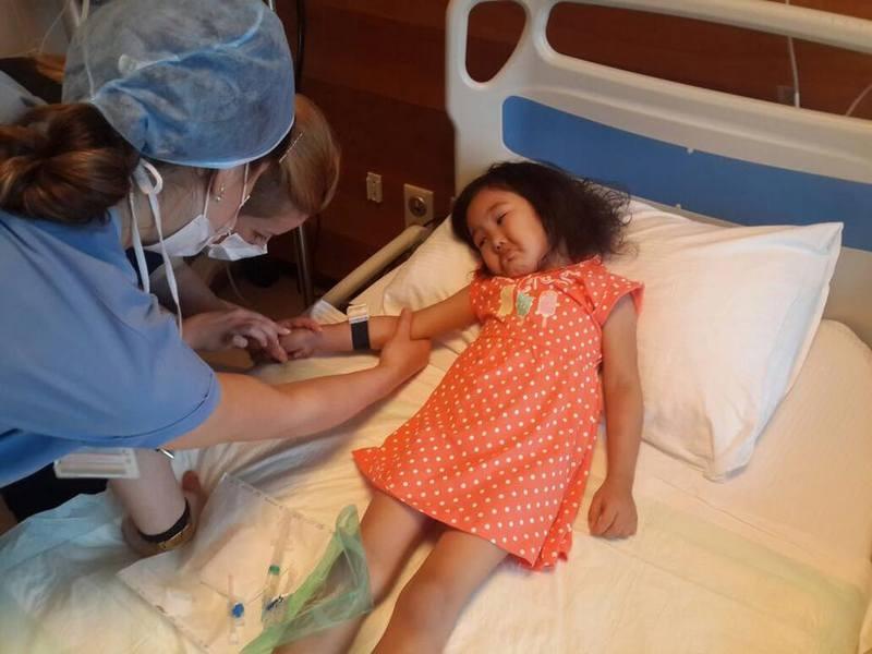 Четырёхлетняя Айкуним Сайлау в клинике Турции