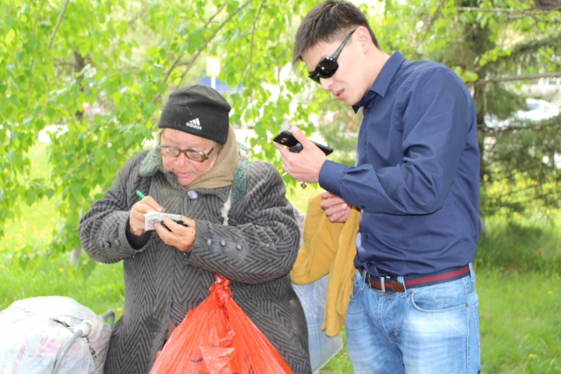 Чингиз Оспанбаев убеждает женщину поехать в пансионат