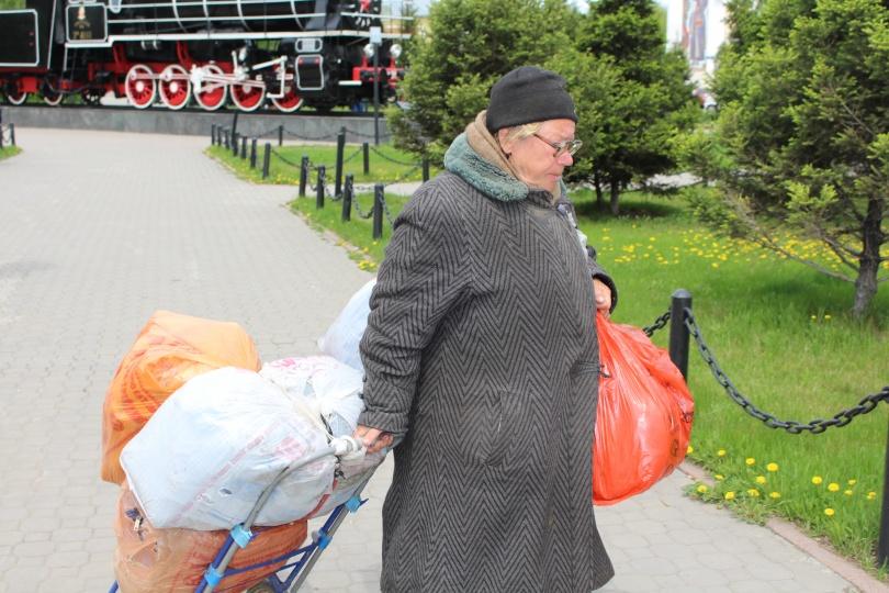 Бабушка Галя с нехитрым скрабом отправилась по своим делам