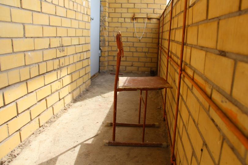 Предположительно этот стул девушки использовали, чтобы подняться на перила балкона