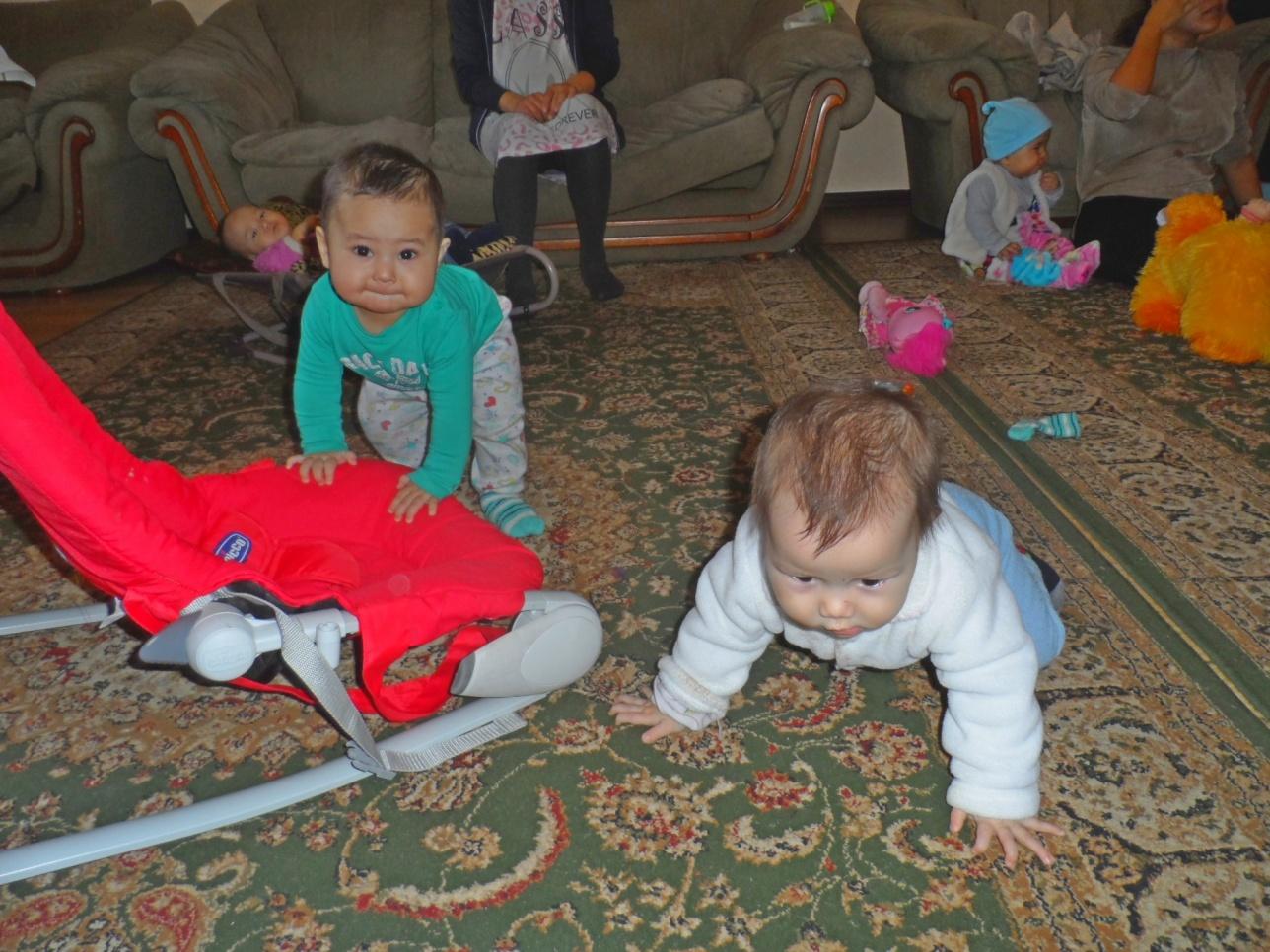 Дети играют в Доме мамы в Алматы