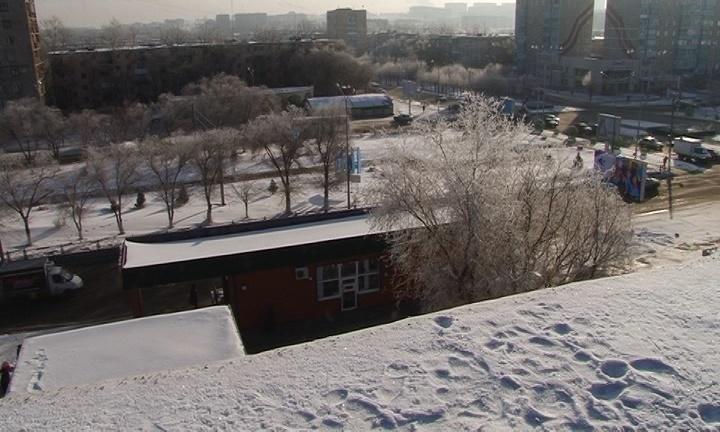 Следы скончавшегося школьника на снегу