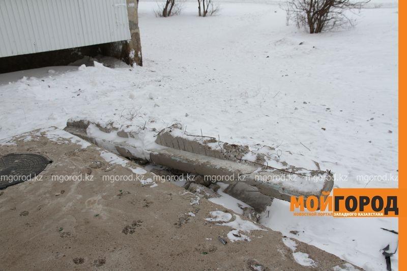 Бетонный парапет упал во двор