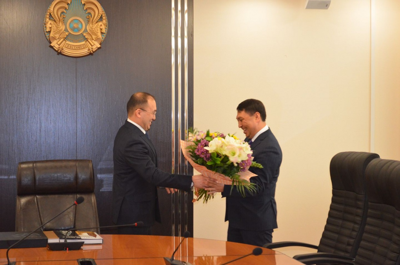 Министр лично поздравил Сакенова с новым назначением