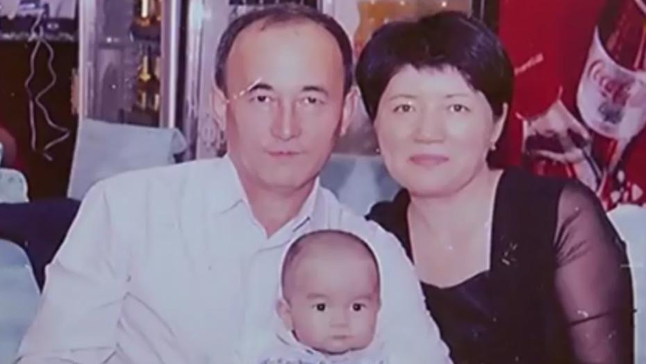 Женис с приёмными родителями