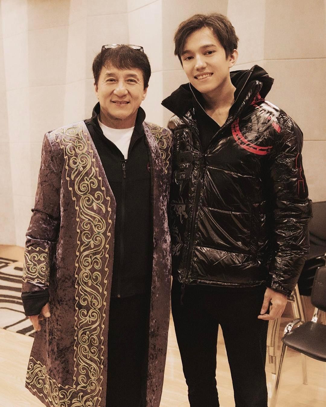 Джеки Чан сфотографировался с певцом в казахском национальном костюме