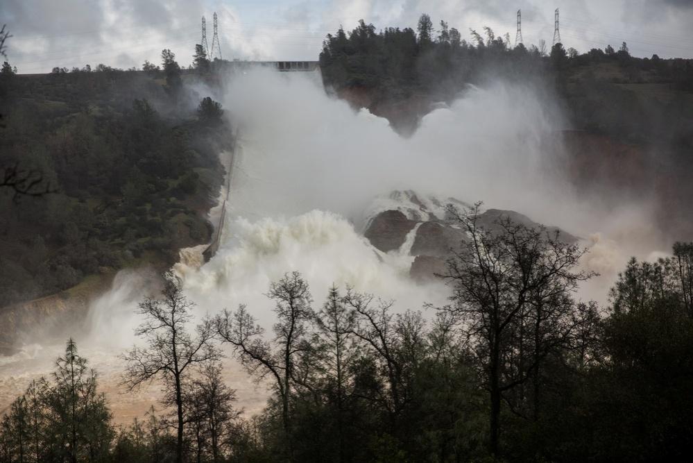 Напор хлынувшей воды может снести самую высокую плотину в США