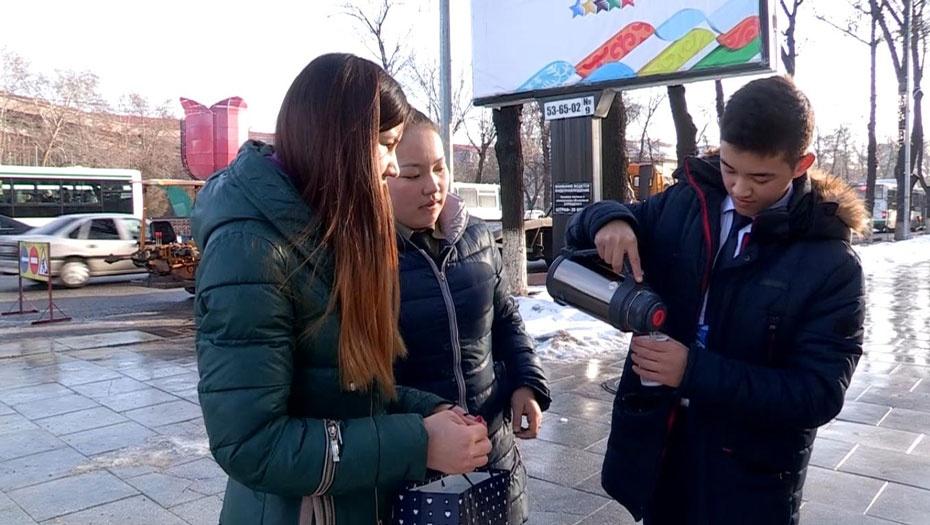 Студенты разливают горячий чай дворникам Шымкента