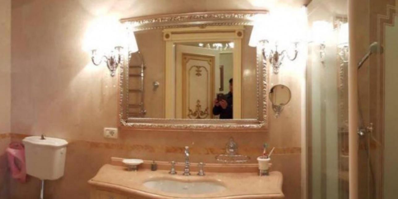 А вот и сам Руслан случайно попал в кадр в ванной на Кипре