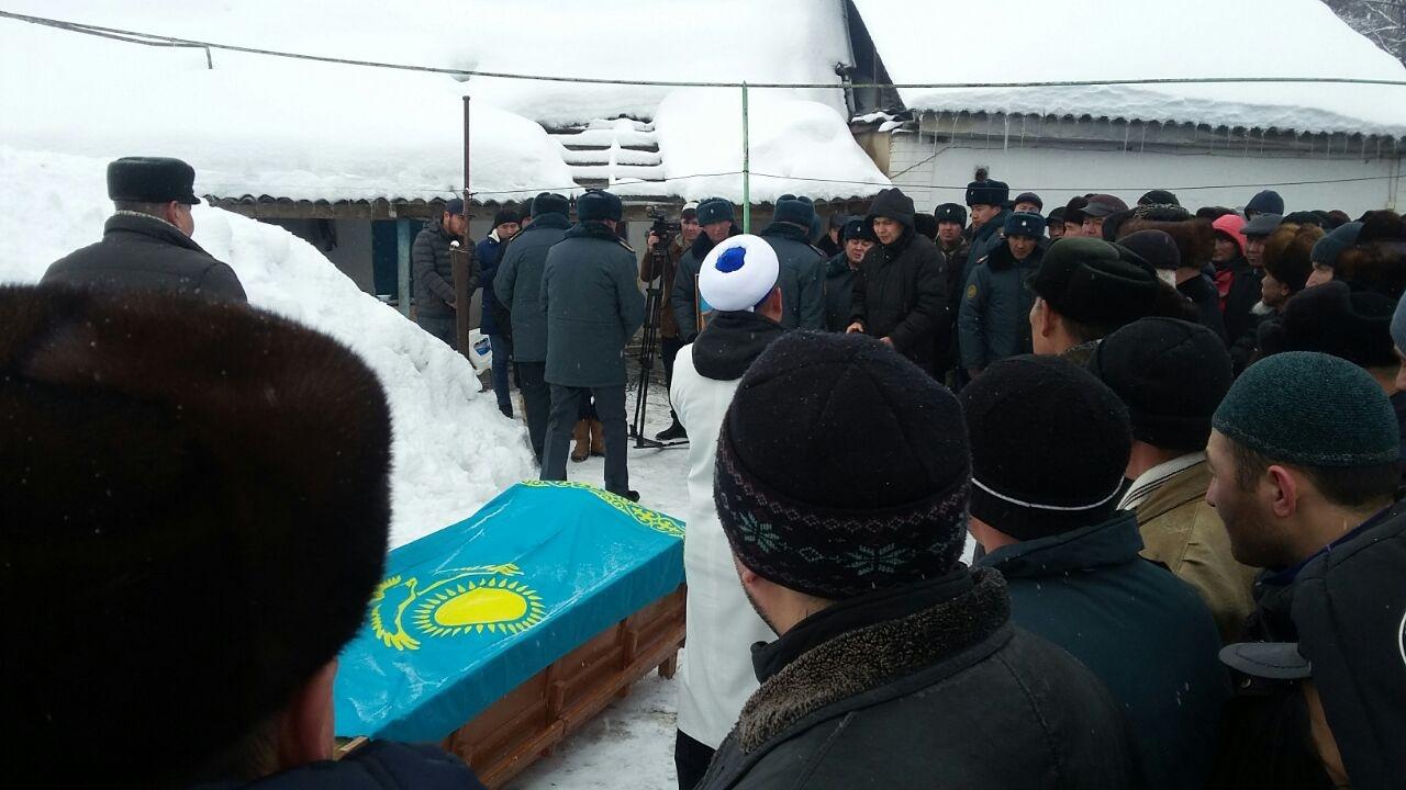У сержанта Аралбаева осталась супруга и двое маленьких детей