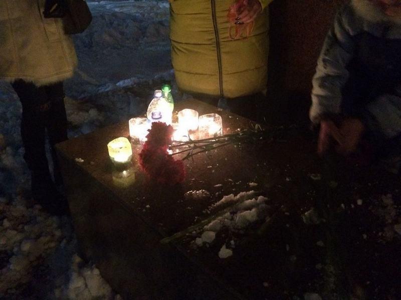 Гвоздики и свечи принесли люди