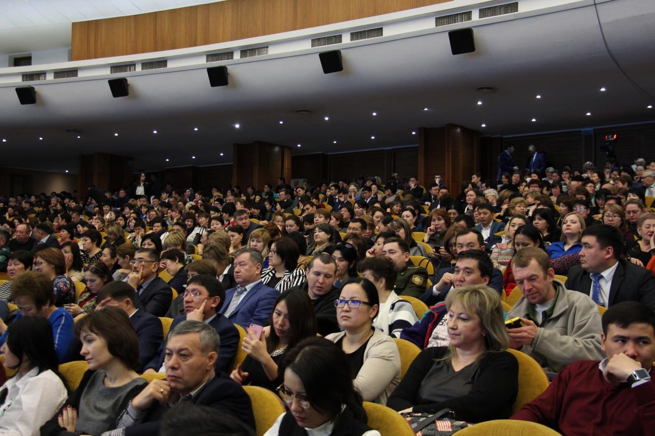 Встреча акима с населением проходит во Дворце Республики
