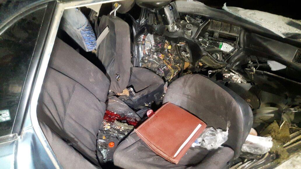 Погибших извлекали спасатели, разрезав автмобиль