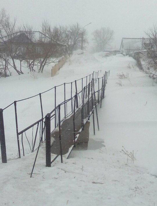 Жители Каркаралинска со страхом переходят по старому мосту