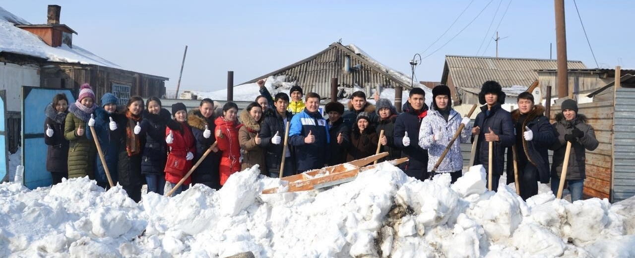 Молодёжь убрала снег со дворов пенсионеров и ветеранов столицы