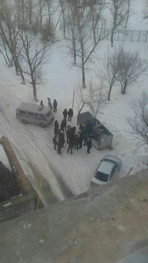 Полицейские оцепили место происшествия и не подпускают к контейнерам зевек