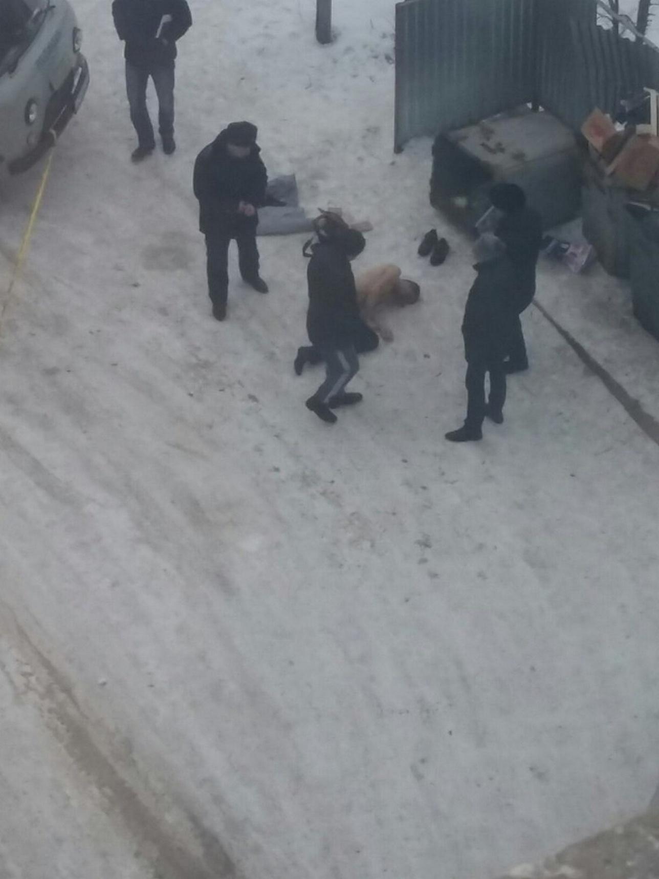 На фото видно, что мужчина раздет по пояс