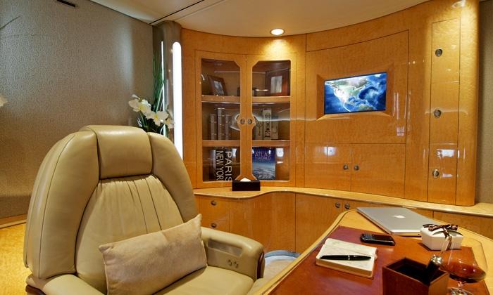Интерьер салона создаёт стильную и роскошную атмосферу полёта