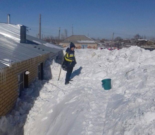 """""""Этот бедный мальчик пытается найти способ, чтобы откопать хоть два окна, погребённые под снегом"""", - пишет издание"""