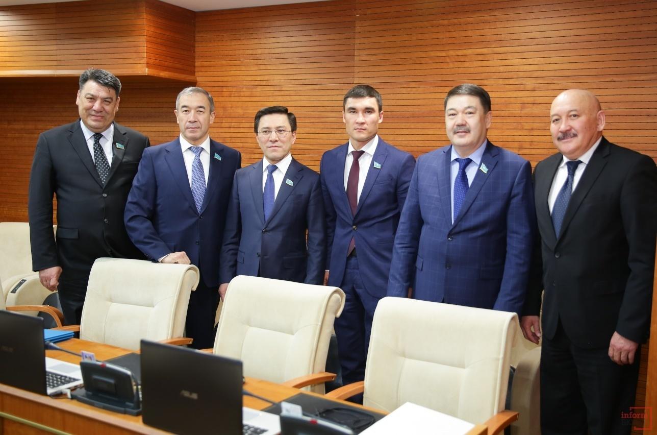 Серик Сапиев в качестве депутата на первом своём пленарном заседании Мажилиса