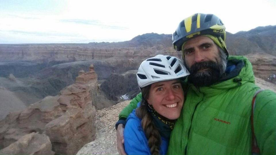 Роджер и Сильвия на фоне казахстанских просторов
