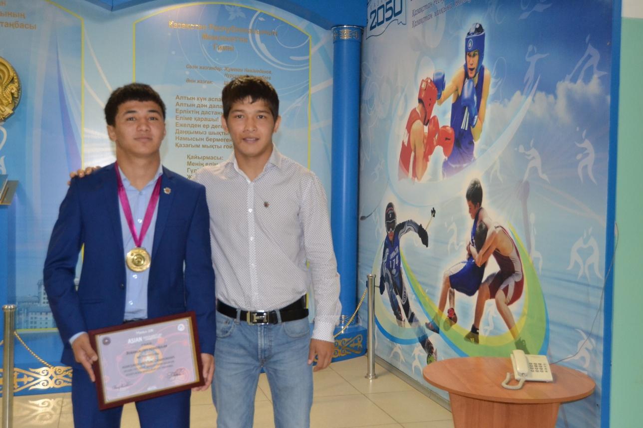 Еркебулан Борангалиев (на снимке - слева)