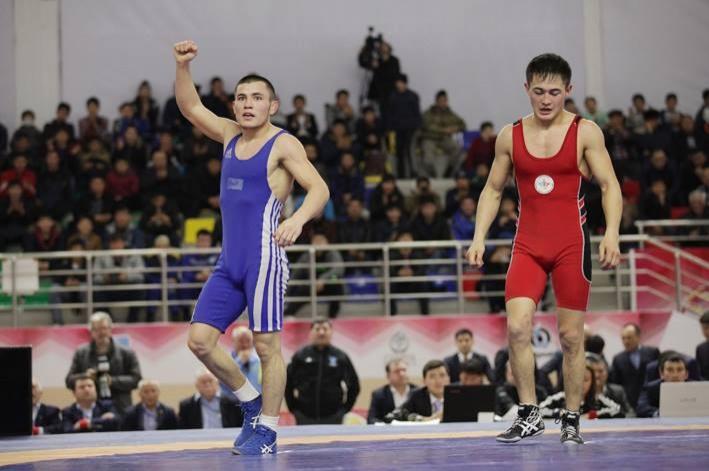 Дастан Ускенбеков (на снимке - слева)
