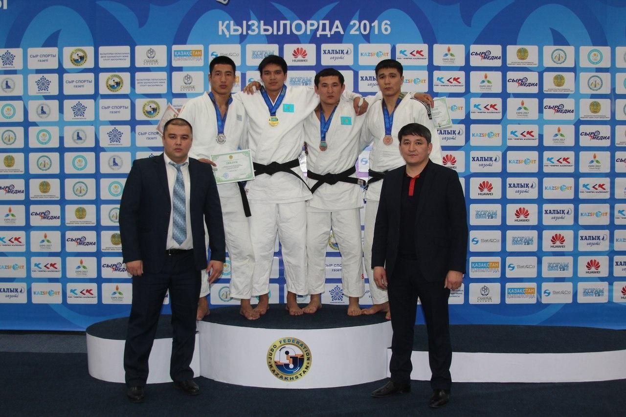 Тимур Жарасов (на снимке - в центре)