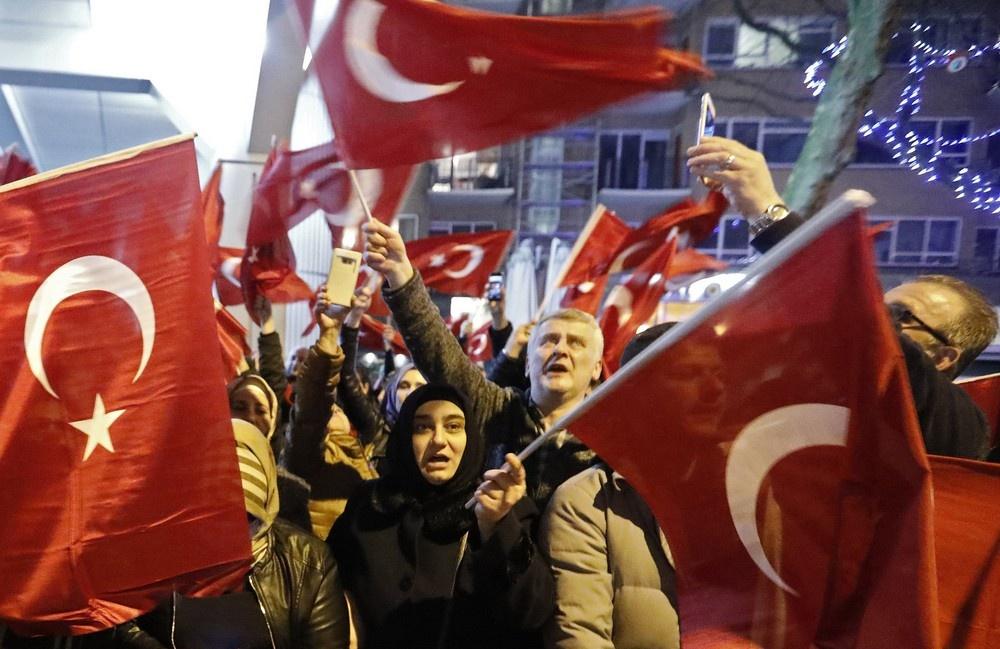 Митингующие граждане Турции собрались у посольства страны в Роттердаме