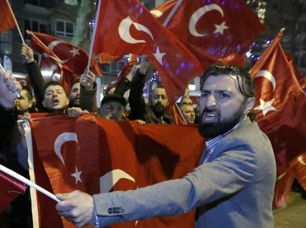 Турецкие демонстранты у консульства в Роттердаме