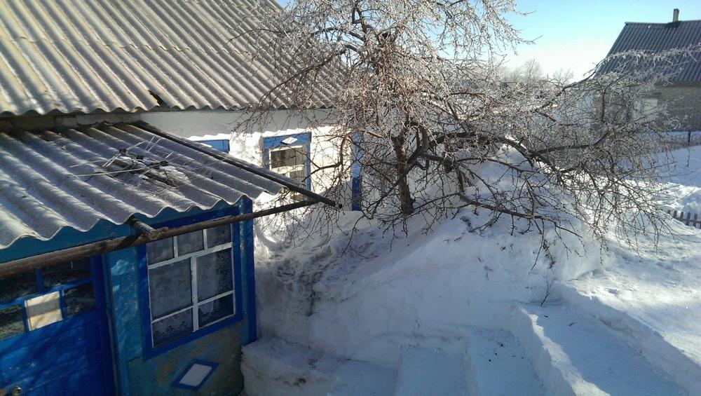 Снежные ступени вынуждены вырубать сельчане к дверям домов