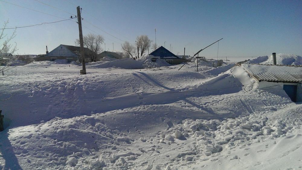 Электрические провода, ведущие к хозпостройкам тянутся по снежному насту