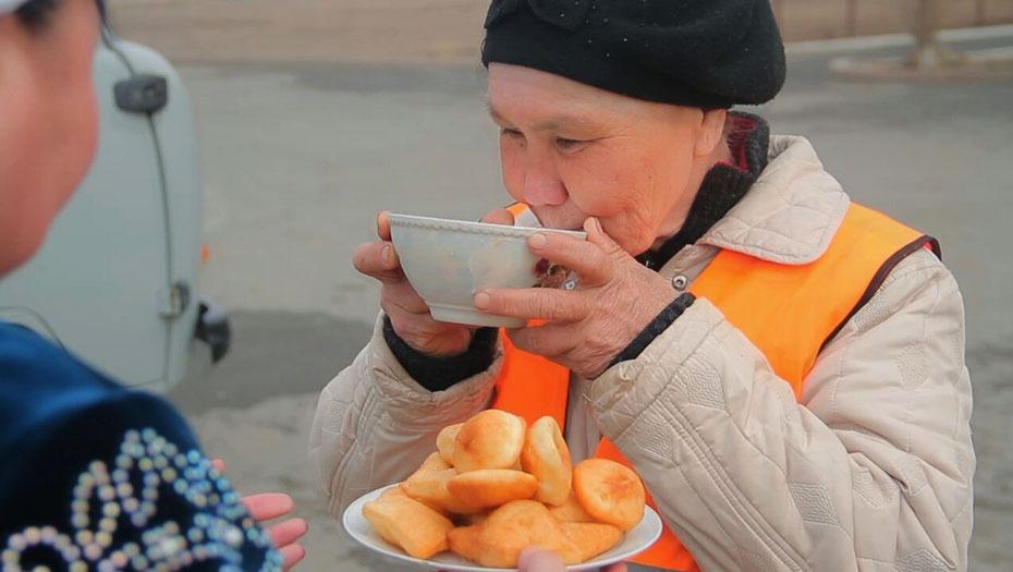 Наурыз-коже и баурсаки отвезли рабочим, убирающим улицы Атырау