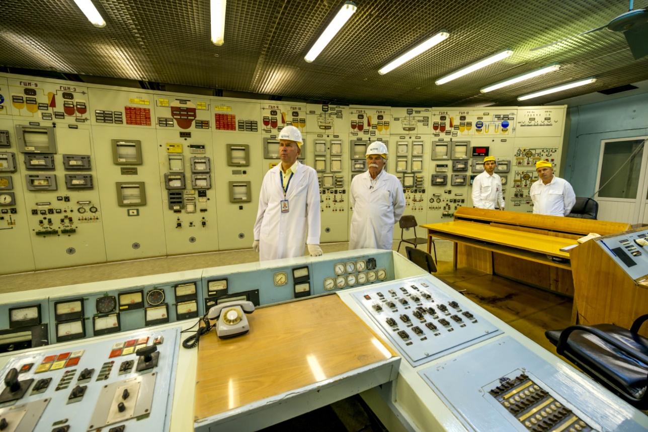 Центр управления реактором. Все приборы советские аналоговые. Выглядит, как музей. Хотя, именно грубые инженерные решения оправдывают себя, когда речь идёт о работе в экстремальных и агрессивных средах