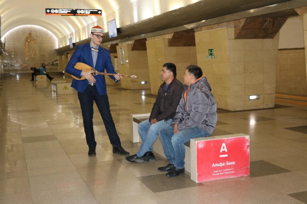 Акын Акыныч поёт в метро